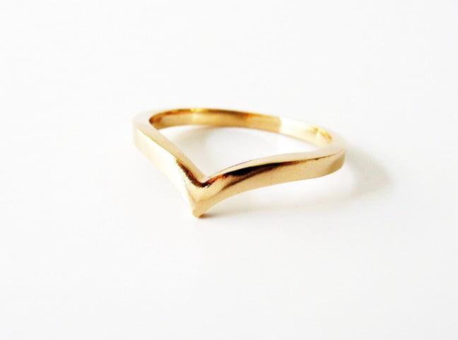 Anel dourado com formato de ponta