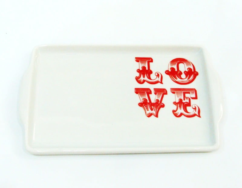 Bandeja de cerâmica branca com pintura LOVE