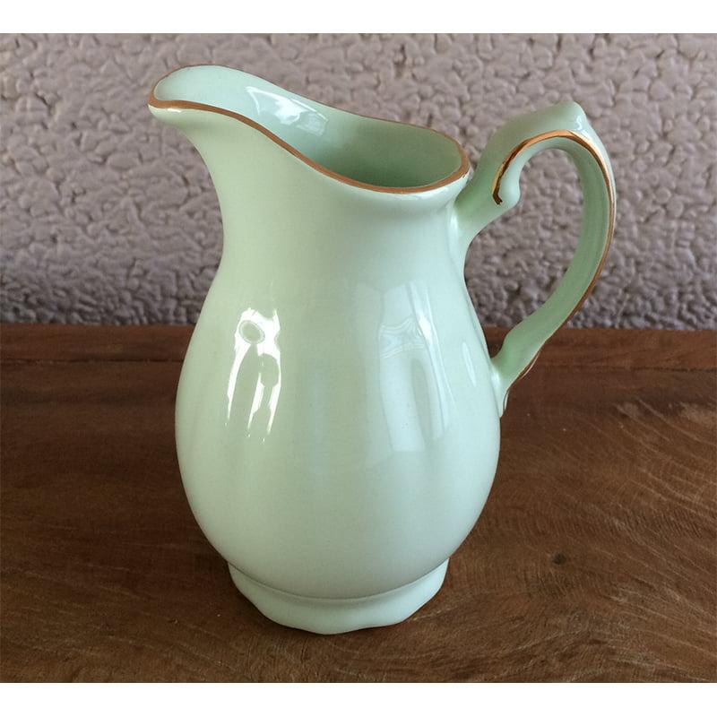 Jarra em cerâmica verde claro pintado a mão