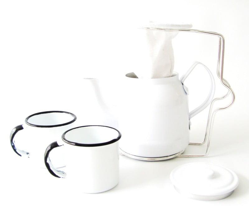 Mini coador de café com bulinho branco