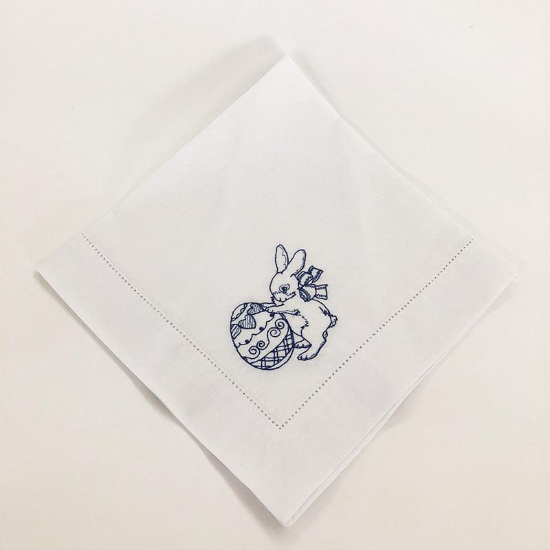 Guardanapo de algodão com ponto ajour e bordado de coelho